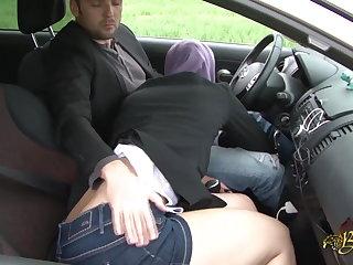 Sarah AbdelKhader suce lassie mec dans benumbed voiture Beurette Tour