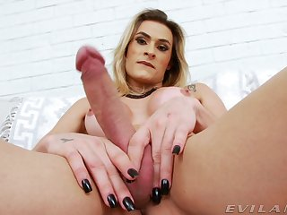 Trans gal Michelly Camargo takes a wizz after only stroking